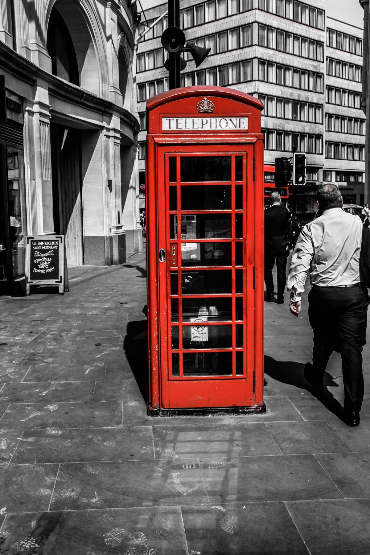 признается, картинка человек и телефонная будка профи