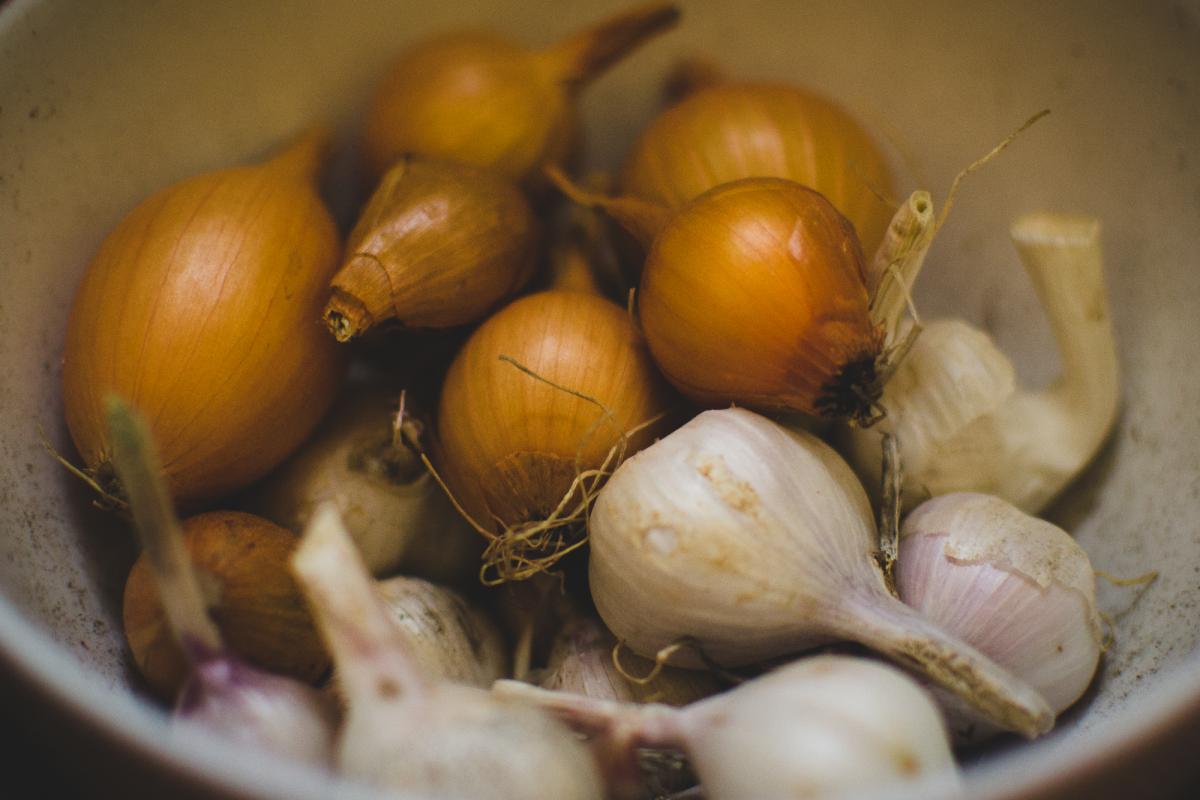 onions garlic cloves