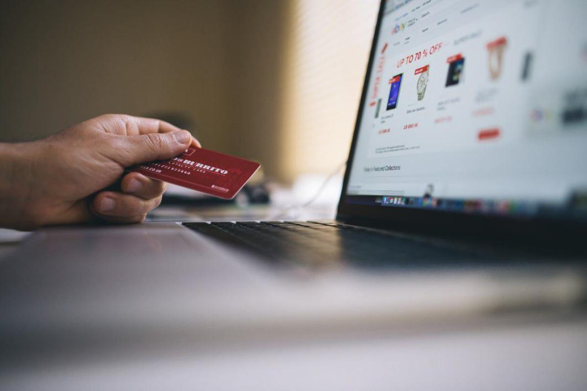 ECommerce Buying on a Mac Free Photo #403933