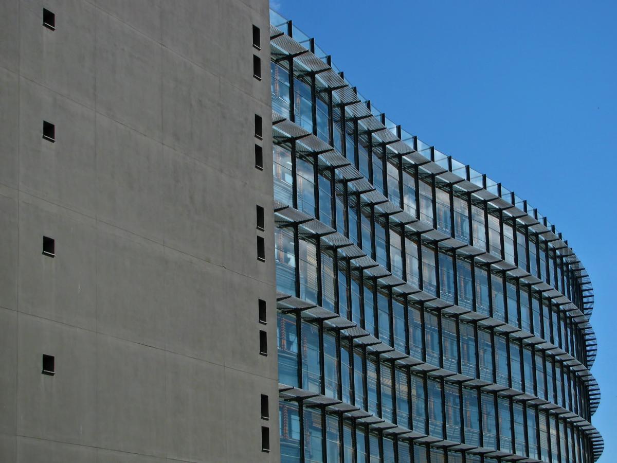 Edificio de hormigón gris con ventanas azules #45948