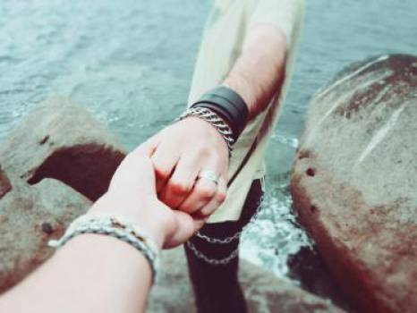 holding hands couple love  Free Photo