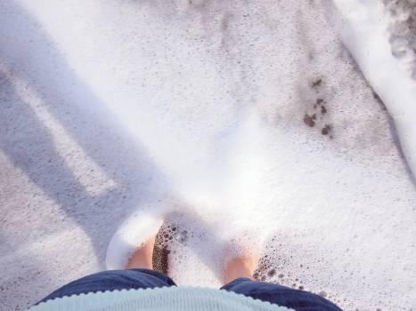 feet barefoot water  Free Photo