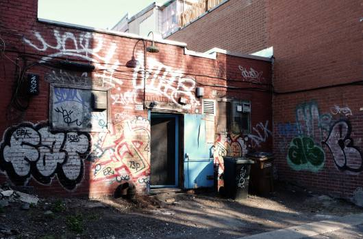graffiti spray paint bricks  Free Photo