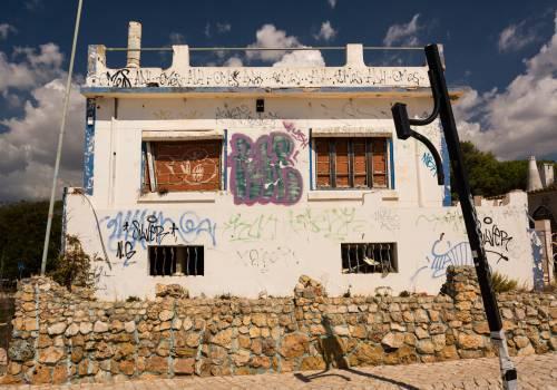 abandoned building graffiti  Free Photo