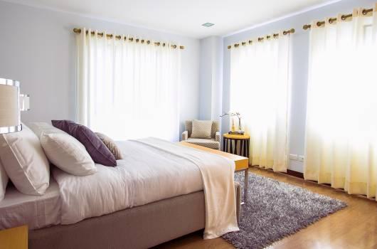 White Bed Comforter during Daytimne #33233