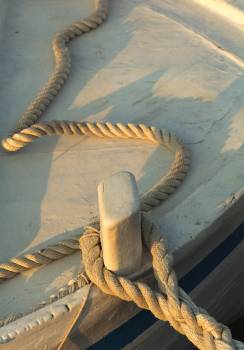 Rope aboard a wooden boat - free stock photo #399166