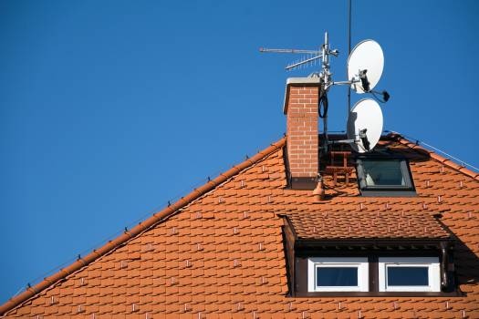 Satellite antenna dish on the roof - free stock photo #399292