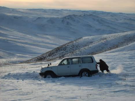 Car sunk in snow – Mongolia - free stock photo #400984