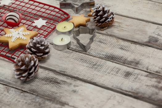 Cookie cutters with pine cone and tealight candles Free Photo