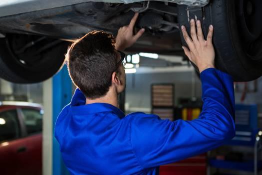 Mechanic servicing a car Free Photo