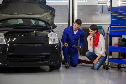 Mechanic showing customer the problem with car #413331