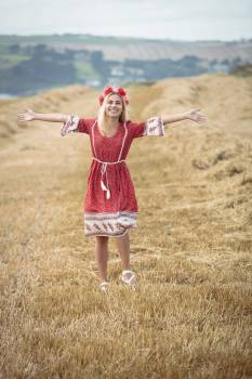 Carefree blonde woman standing in field #413404