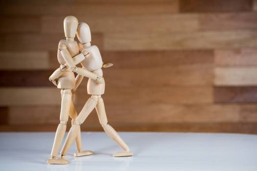 Figurine embracing each other Free Photo