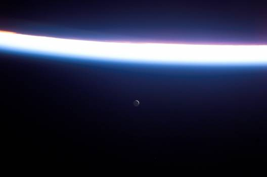 Airglow of Earth's atmosphere as seen by the STS-114 crew #416770