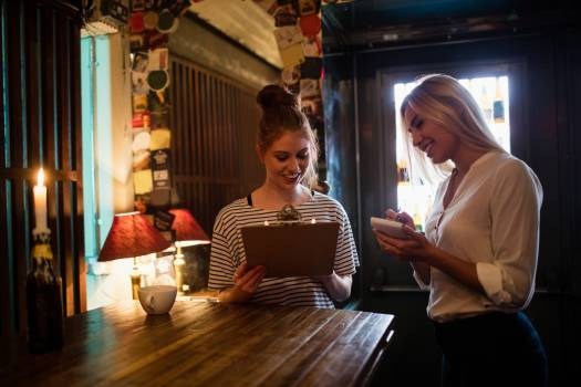 Waitress discussing the menu with the customer Free Photo